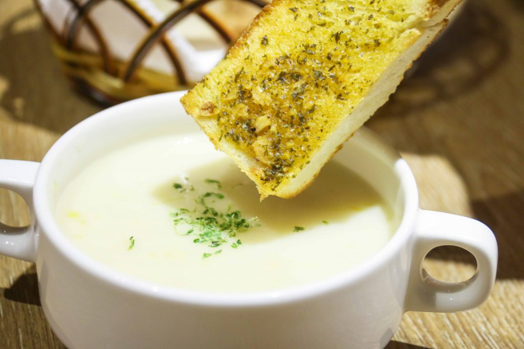 玉米濃湯+香蒜麵包