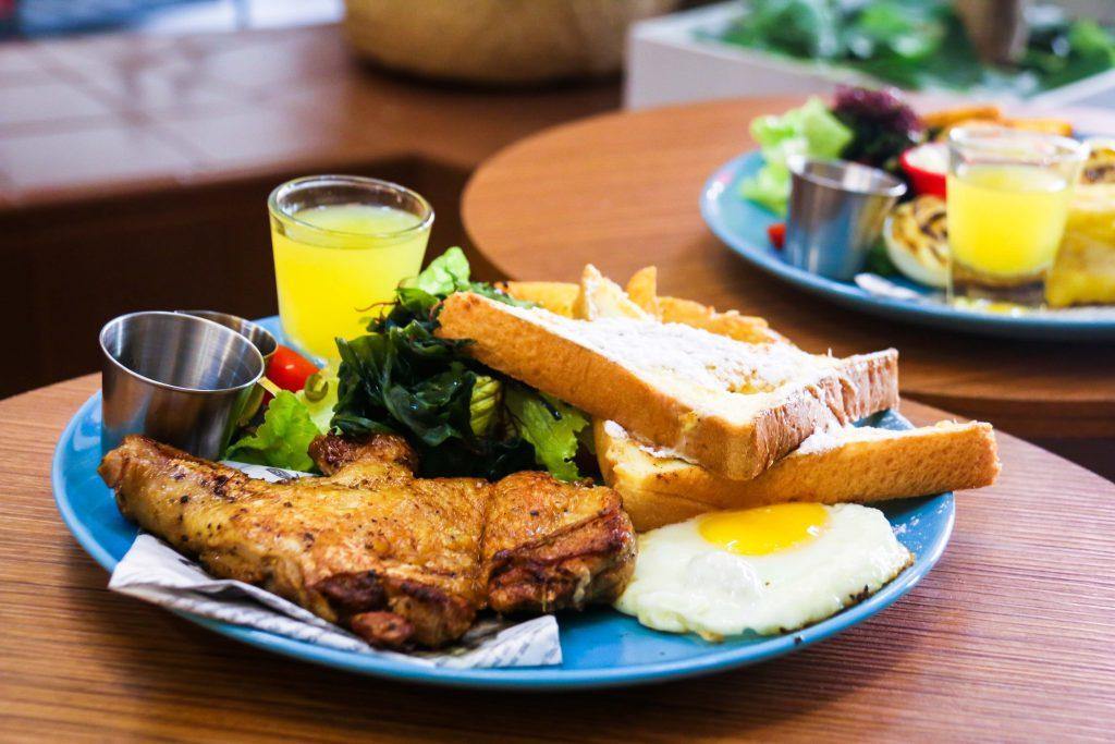 【板橋網美早午餐推薦】Relax放鬆微餐酒  激推義式香料雞腿佐法式吐司和超好喝的美祿恐龍|三八旅客
